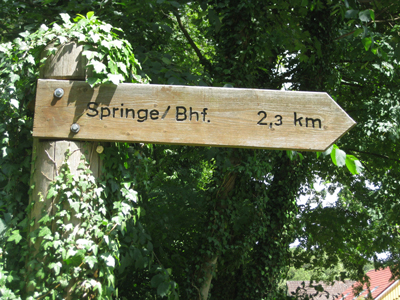 Hinweisschild SSPringe 2,3km, Holz