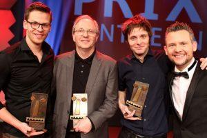 So sehen Sieger aus: Lennart Schilgen (2. v. l.) freut sich mit Martin Frank, Olli Dittrich und Moderator Tobias Mann.